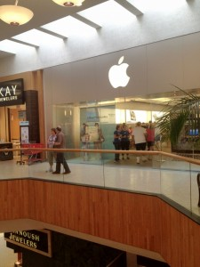 Apple Store Packed: While Other Mall Stores Have Few Customers This Back To School No Tax Massachusetts Weekend